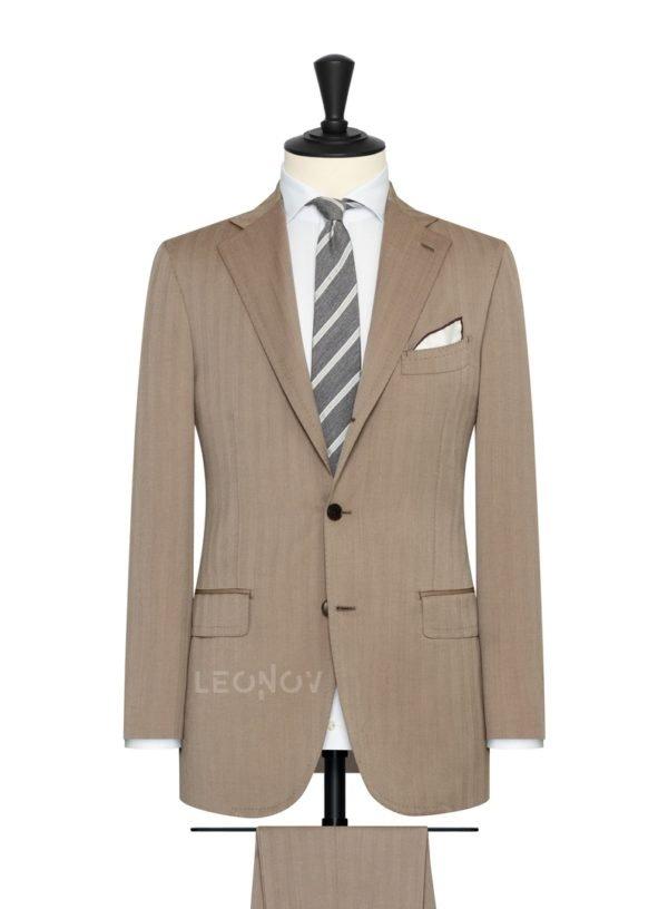 Светло-коричневый мужской костюм