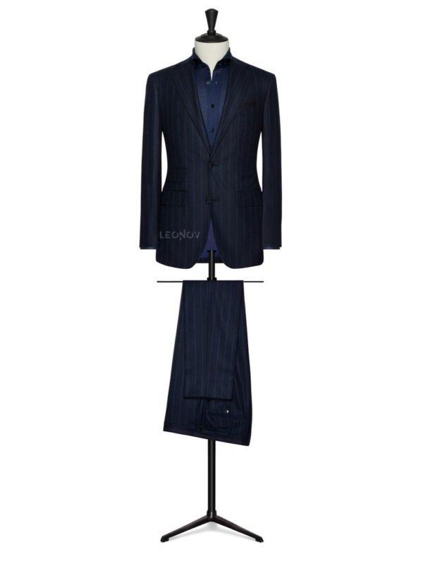 Темно-синий костюм в крупную синюю полоску