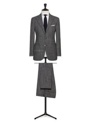 Серый костюм с текстурой из светлых полосок