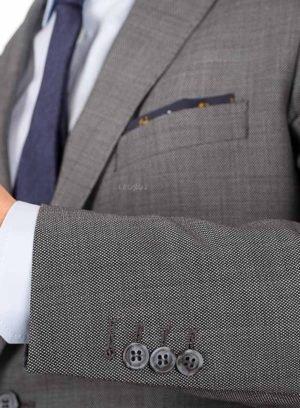 Серый костюм с паттерном
