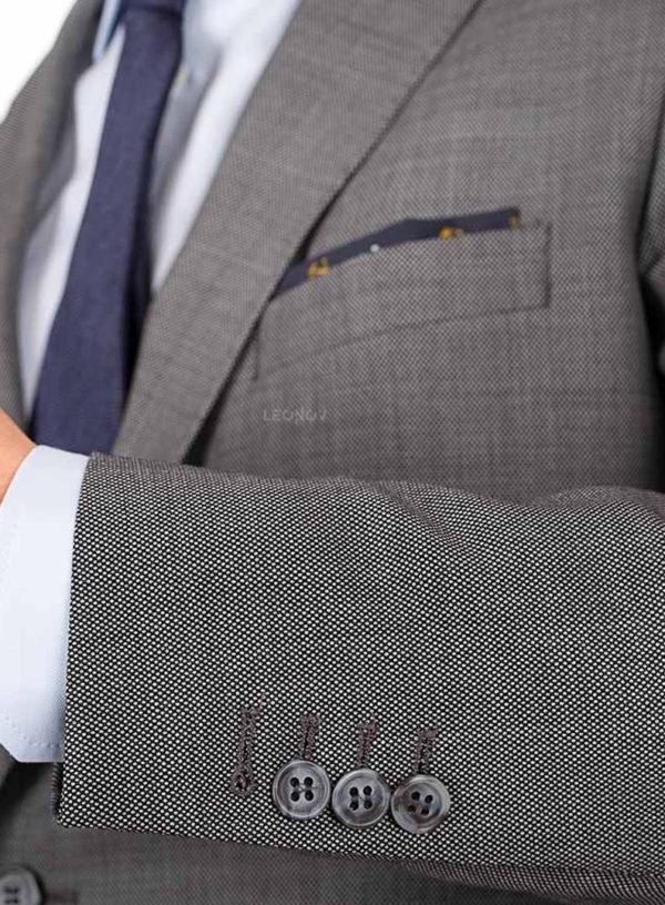 Серый костюм с паттерном «птичий глаз»